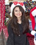 Selena-Gomez-Disneyland-con-Stitch-009