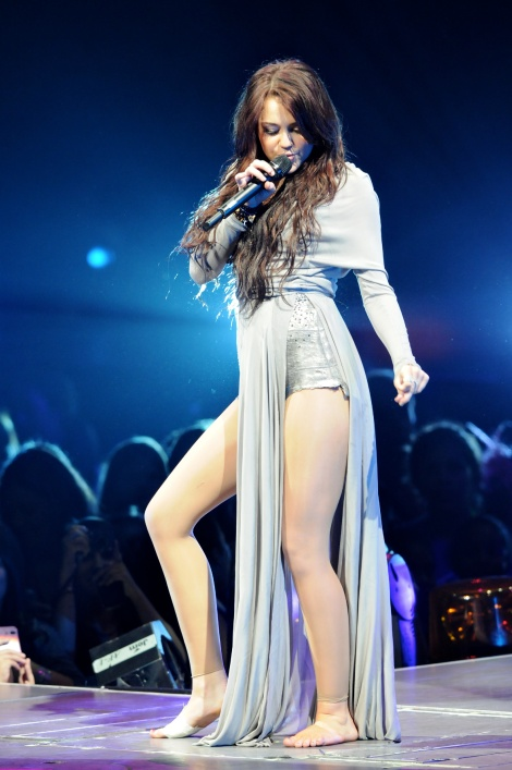 05484-miley-cyrus-performing-her-last-show-of-u-s-