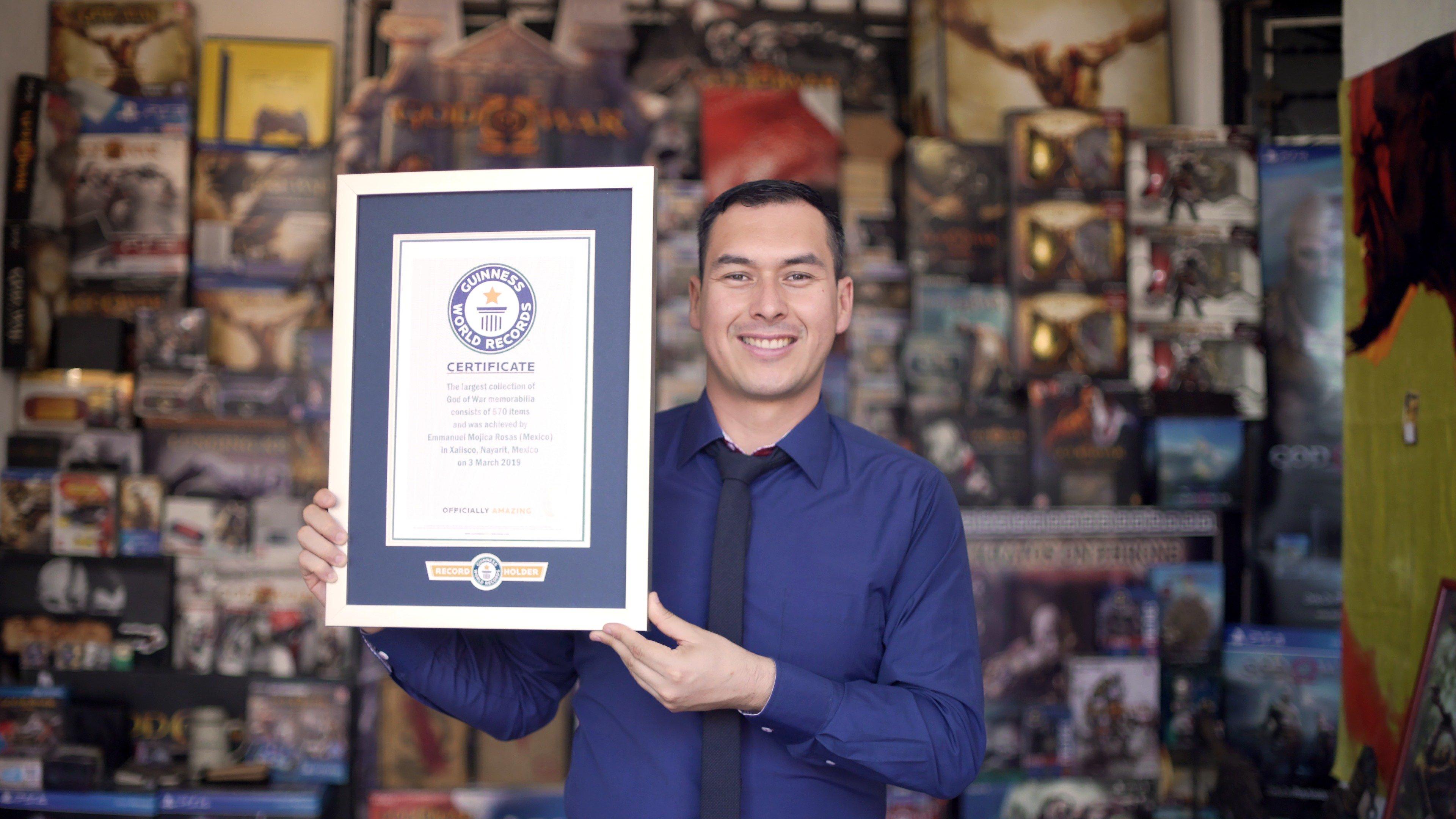 God of War | Mexicano rompe récord Guinness por tener la mayor colección de la saga.